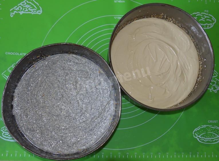 Полученное тесто делим на две равные части, в одну из которых добавляем мак. Выпекаем в духовом шкафу при температуре в двести градусов до готовности (минут 10-20, в зависимости от духовки).