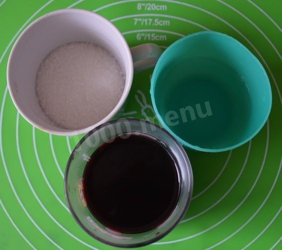 В это время подготавливаем продукты для пропитки коржей.