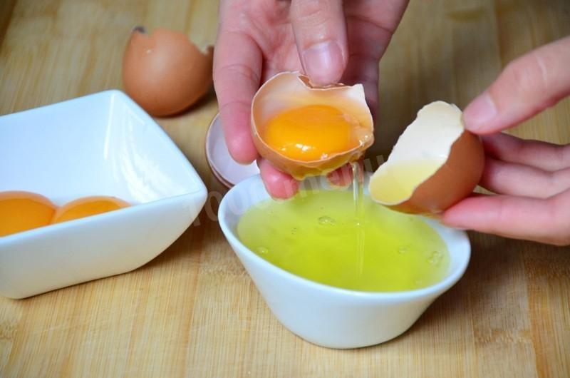 Для начала отделяем белки от желтков.