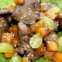 Теплый осенний салат с куриной печенью и тыквой