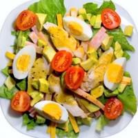 Салат из авокадо с копченой курочкой