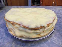 Ставим коржи остывать, готовим заварной крем для торта Проще простого.  Взбиваем венчиком яйца с сахаром, всыпаем ванильный сахар, добавляем молоко и муку и перемешиваем. После на плитке доводим до загустения, непрерывно помешивая.  Масло кладем в еще горячий крем и хорошенько размешиваем. Коржи подравниваем, а обрезки трем на терке, чтобы получить крошку для присыпки.  Каждый корж хорошенько промазываем горячим кремом, а после покрываем крошкой.