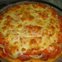 Пицца с колбасой и грибами и помидорами