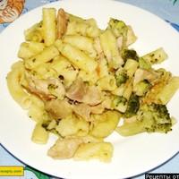 Макароны с курицей и брокколи под сырным соусом