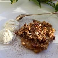 Яблочный десерт с орехами