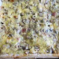 Пицца с шампиньонами колбасой и сыром