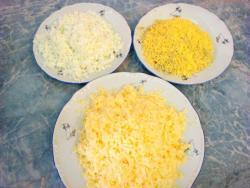 Натертые на терке сыр, желтки и белки