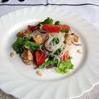 Салат с рисовой лапшой, курицей и овощами