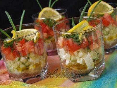 Порционный салат с тунцом и помидорами