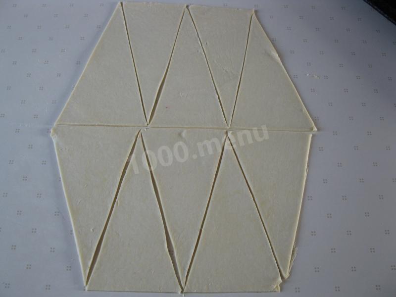Разрезаем на треугольники и смазываем повидлом.